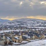 Vista panorâmica quadrada das casas em uma montanha revestida com a neve durante a estação do inverno fotografia de stock