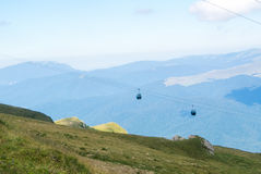 Vista panorâmica sobre as montanhas de Carpatian e o táxi de dois cabos aéreos Imagens de Stock Royalty Free