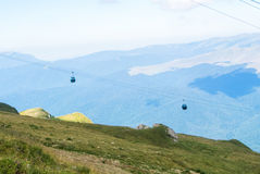 Vista panorâmica sobre as montanhas de Carpatian e o táxi de dois cabos aéreos Imagem de Stock Royalty Free