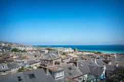 Vista panorâmica sobre telhados de St Ives e porto Cornualha imagem de stock