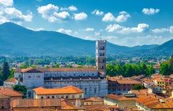 Vista panorâmica superior aérea da torre de sino da catedral de Domo di San Martino San Martin na cidade medieval Lucca do centro fotografia de stock royalty free