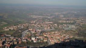 Vista panorâmica superior na cidade de San Marino no tempo ensolarado filme
