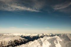 Vista panorâmica surpreendente em montanhas nevado nos cumes Fotografia de Stock