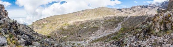 Vista panorâmica tomada da parede de Barranco que negligenciam o acampamento de Baranco e de seu vale circunvizinho no Machame qu fotografia de stock royalty free