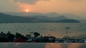 A vista panorâmica yachts a flutuação no porto marítimo durante o timelapse do por do sol da noite video estoque