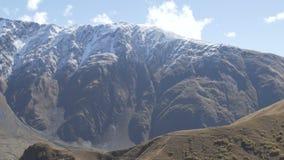 Vista panorâmico bonita perto da vila de Gergeti em Geórgia vídeos de arquivo