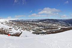 Vista panorâmico da rota do esqui no dia de inverno brilhante Foto de Stock