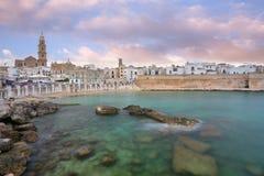 Vista panorâmico de Monopoli Puglia, Itália do sul Mar no verão Recurso italiano foto de stock royalty free