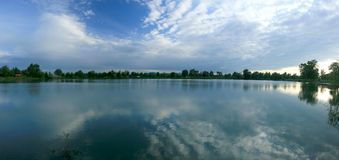 Vista panorâmico de um lago fotos de stock royalty free