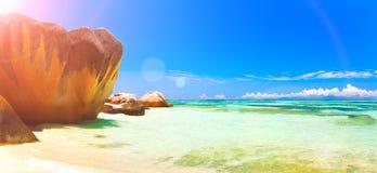 Vista panorâmico de uma praia tropical no alvorecer Ilha de Praslin, Seychelles, Oceano Índico Bandeira do Web Fotos de Stock