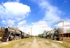 Vista panorâmico em uma estrada de ferro velha com dois trens Fotografia de Stock Royalty Free
