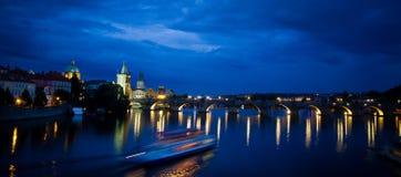 Vista panorâmico Nocturnal da ponte de Charles imagens de stock