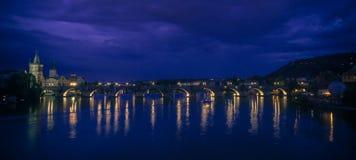 Vista panorâmico Nocturnal da ponte de Charles imagem de stock