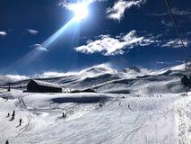 Vista panor?mica da est?ncia de esqui, inclina??o, pessoa no elevador de esqui, esquiadores na pista em Valle Nevado fotografia de stock