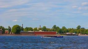 Vista panor?mica da fortaleza de Peter e de Paul St Petersburg, R?ssia Navios no rio de Neva filme