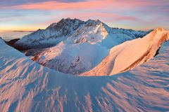 Vista panor?mica da paisagem da montanha com por do sol lindo do inverno do c?u azul em cumes das montanhas de Tatra Cena exterio imagens de stock