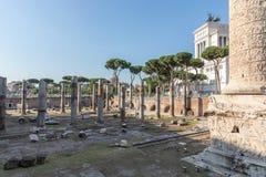 Vista panor?mica do f?rum e da coluna de Trajan em Roma foto de stock