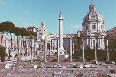 Vista panor?mica do f?rum e da coluna de Trajan em Roma, longe a igreja fotografia de stock royalty free