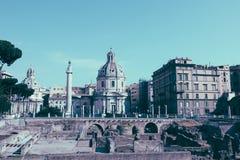 Vista panor?mica do f?rum e da coluna de Trajan em Roma, longe a igreja fotos de stock