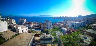 Vista panoramica aerea alla città di Saranda ed alla baia del mare ionico, Albania immagini stock libere da diritti