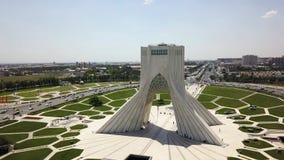 Vista panoramica aerea del fuco della torre di Azadi a Teheran video d archivio