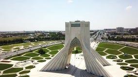 Vista panoramica aerea del fuco della torre di Azadi a Teheran archivi video