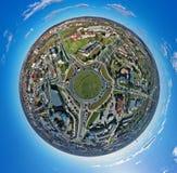 Vista panoramica aerea del pianeta di 360 angoli piccola sulla giunzione della rotonda in città media con traffico fotografia stock