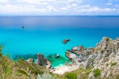 Vista panoramica aerea dell'orizzonte e dell'acqua azzurrata blu tropicale di stupore del turchese del mare, collina dell'erba de fotografia stock