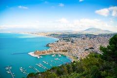 Vista panoramica aerea della città di Castellammare del Golfo, Trapani, Sicilia, Italia fotografie stock libere da diritti
