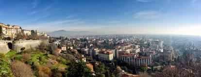 Vista panoramica aerea della città nebbiosa di Bergamo in Italia del Nord Fotografia Stock