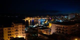 Vista panoramica aerea di notte alla città di Saranda ed alla baia del mare ionico, Albania fotografia stock libera da diritti