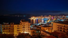 Vista panoramica aerea di notte alla città di Saranda ed alla baia del mare ionico, Albania fotografia stock