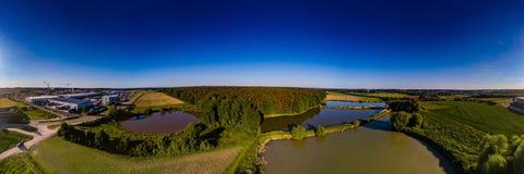 Vista panoramica aerea di paesaggio con gli stagni di pesce vicino di Herzogenaurach in Baviera Fotografie Stock