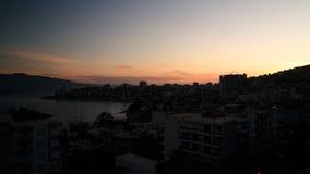 Vista panoramica aerea di tramonto alla città di Saranda ed alla baia del mare ionico, Albania fotografie stock libere da diritti
