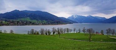 Vista panoramica al lago di tegernsee ed alla copertura di neve e del blu Fotografie Stock Libere da Diritti