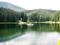 Vista panoramica al lago Synevir in Carpathians immagine stock libera da diritti