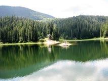 Vista panoramica al lago Synevir in Carpathians fotografie stock libere da diritti