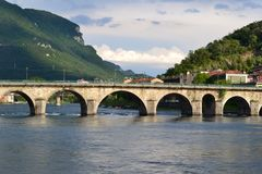 Vista panoramica al ponte antico della pietra dell'arco sopra il fiume di Adda in Lecco in un giorno di molla soleggiato fotografie stock