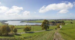 Vista panoramica al riegsee del lago un giorno soleggiato Fotografia Stock Libera da Diritti
