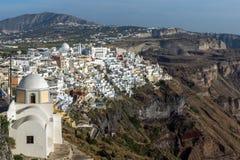 Vista panoramica alla città del picco di Elias del profeta e di Fira, isola di Santorini, Thira, Grecia Fotografie Stock