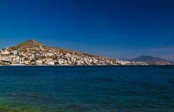 Vista panoramica alla città di Saranda ed alla baia del mare ionico, Albania fotografia stock