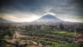 Vista panoramica alla montagna di misti ed alla citt? dal punto di vista di Yanahuara, Arequipa, Per? di Arequipa immagine stock libera da diritti