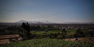 Vista panoramica alla montagna di Picchu Picchu ed alla città dal punto di vista di Yanahuara, Arequipa, Perù di Arequipa immagine stock libera da diritti