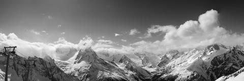 Vista panoramica in bianco e nero dalla stazione sciistica nel giorno piacevole del sole Immagine Stock