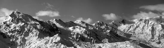 Vista panoramica in bianco e nero sulle montagne nevose nel giorno soleggiato Fotografie Stock Libere da Diritti