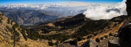 Vista panoramica che scende il vulcano di Tajumulco, San Marcos, Altiplano, Guatemala Fotografia Stock Libera da Diritti