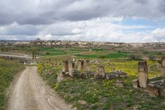 Vista panoramica con il vecchio cimitero musulmano in Cappadocia fotografie stock libere da diritti