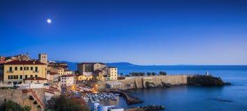 Vista panoramica crepuscolare della vecchia città di Piombino sul lighth di bovio della piazza fotografie stock