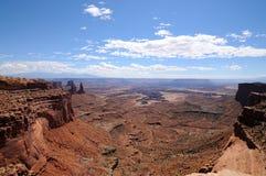 Vista panoramica da Mesa Arch, parco nazionale di Canyonlands, Utah immagini stock libere da diritti