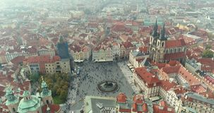 Vista panoramica da sopra sul castello di Praga Antenna della città, vista da sopra sul paesaggio urbano di Praga volo archivi video